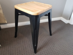 bar_stool_with_wooden_seat_short